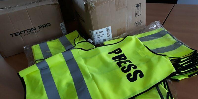 novinari,-fotoreporteri-i-snimatelji-nosice-fluorescentne-prsluke-za-oznakom-press